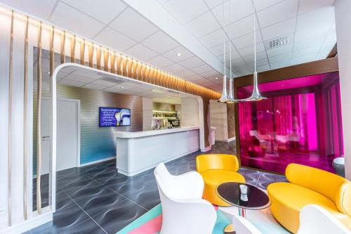 The lounge or bar area at prizeotel Antwerp-City