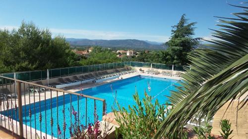 Vue sur la piscine de l'établissement Village Club Miléade Roquebrune/Argens ou sur une piscine à proximité