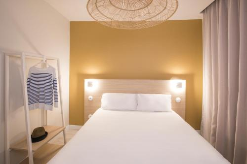 A bed or beds in a room at Hôtel Life Marseille VP - Vieux Port