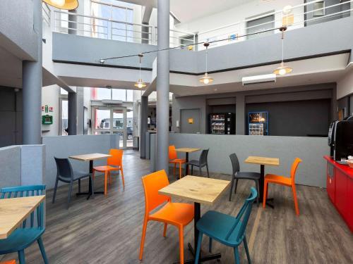 A restaurant or other place to eat at hôtel F1 Strasbourg Sud La Vigie