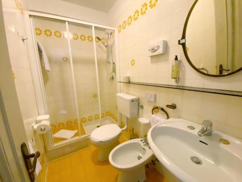A bathroom at Grand Hotel Regina Salsomaggiore