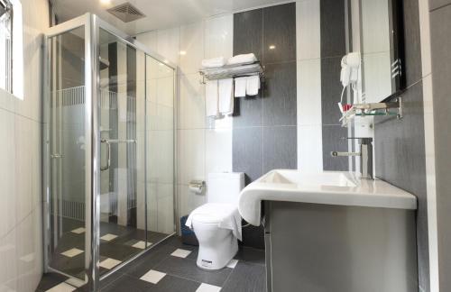 A bathroom at Mandarin Hotel Kota Kinabalu