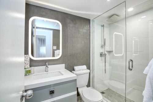 A bathroom at Town Inn Suites