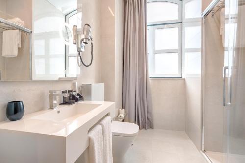 A bathroom at Hotel MeraPrime Gold Lisboa