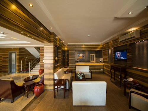 O lounge ou bar de Lafontaine Al Shrooq Suites