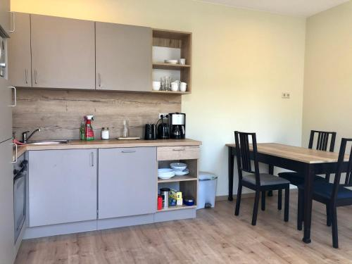 A kitchen or kitchenette at die Senfbude - wunderschöne Apartments für 4 Personen mit Stellplatz