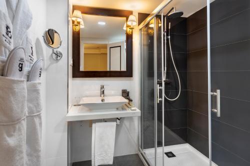 A bathroom at H10 Corregidor Boutique Hotel