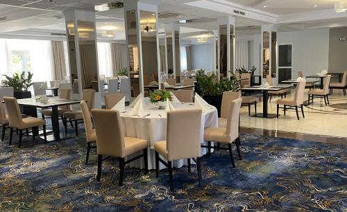 Restauracja lub miejsce do jedzenia w obiekcie Hotel Ambasador Chojny