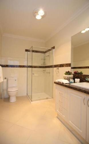 A kitchen or kitchenette at Aurora Cottages - Bellfield Retreat