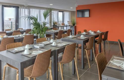 A restaurant or other place to eat at Appart'City Confort Strasbourg Aéroport