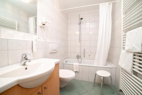 A bathroom at Akzent Hotel Schranne