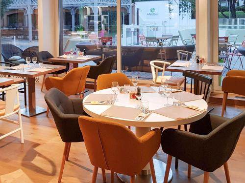 A restaurant or other place to eat at Novotel Narbonne Sud A9/A61