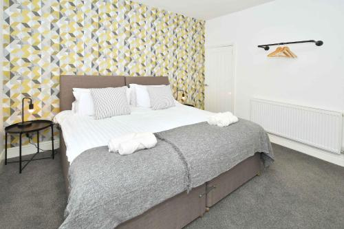 A bed or beds in a room at Keary House - A Skandi-cool Townhouse in the heart of Stoke!