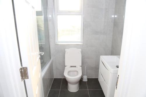 A bathroom at Roundway Villa