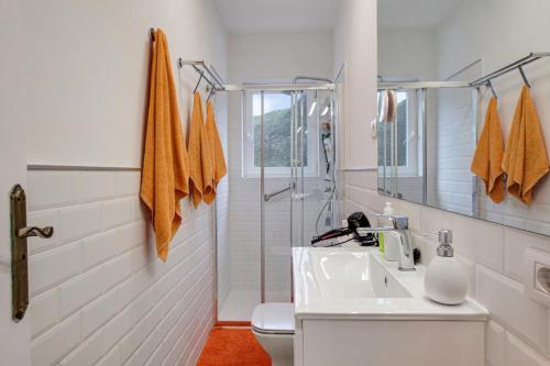 A bathroom at Casa campo y Playa Taganana