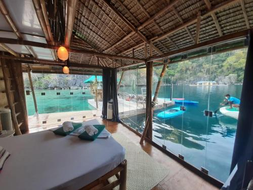 The swimming pool at or close to Paolyn Houseboats Coron Island