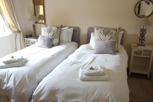 A bed or beds in a room at Mortimer Trail B and B