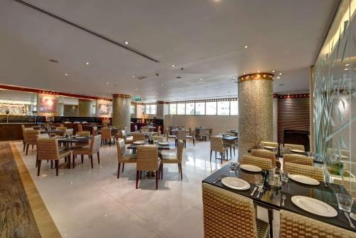 A restaurant or other place to eat at Howard Johnson Plaza by Wyndham Dubai Deira