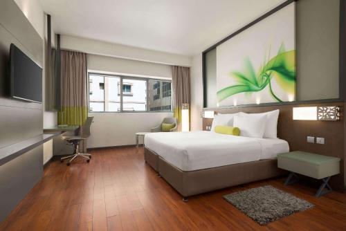 A bed or beds in a room at Howard Johnson Plaza by Wyndham Dubai Deira