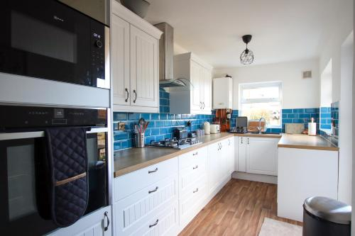 A kitchen or kitchenette at Contemporary Home in Friendly Easton, Free Parking