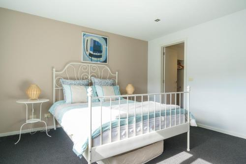 A bed or beds in a room at Our Escape at Rye - Modern Beachouse