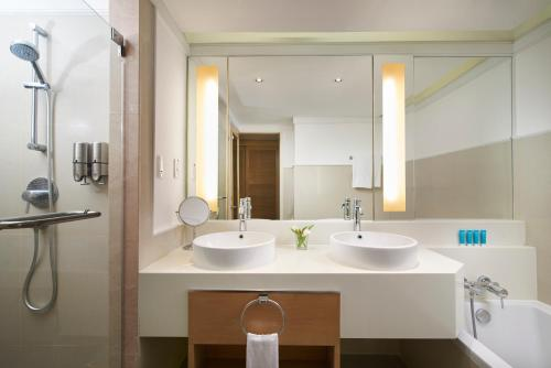 A bathroom at Amari Watergate Bangkok - SHA Certified