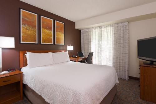 A bed or beds in a room at Residence Inn Philadelphia/Montgomeryville