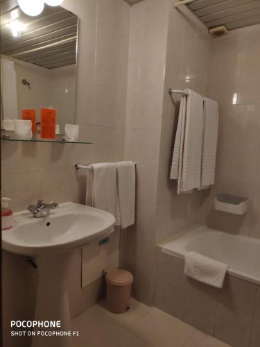 Uma casa de banho em Hotel Alnacir