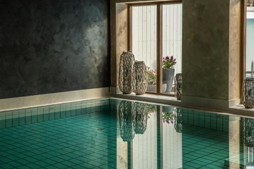 Der Swimmingpool an oder in der Nähe von Das Aunhamer Suite & Spa Hotel