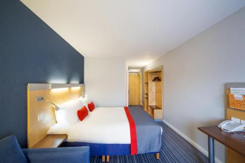 A bed or beds in a room at Holiday Inn Express Edinburgh – Royal Mile, an IHG Hotel