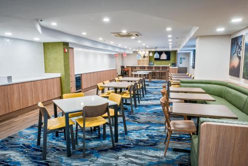 A restaurant or other place to eat at Fairfield Inn by Marriott JFK Airport
