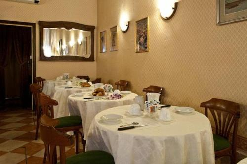 A restaurant or other place to eat at Hotel Florida