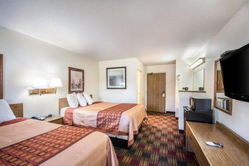 A bed or beds in a room at Americas Best Value Inn & Suites Harrisonville