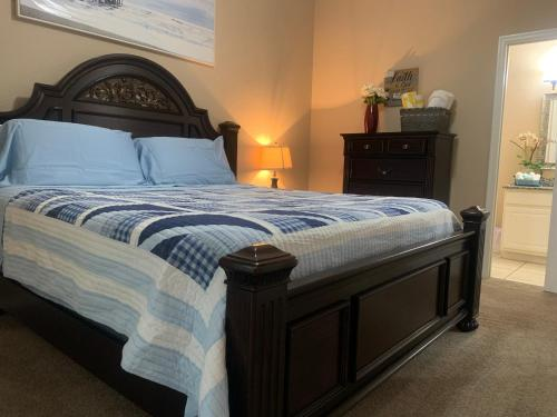 A bed or beds in a room at Beautiful 3 Bedroom Apartment minutes from Disney!