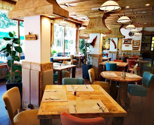 Reštaurácia alebo iné gastronomické zariadenie v ubytovaní Hotel Ribno Superior