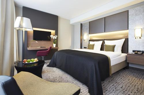 A bed or beds in a room at Steigenberger Hotel Am Kanzleramt
