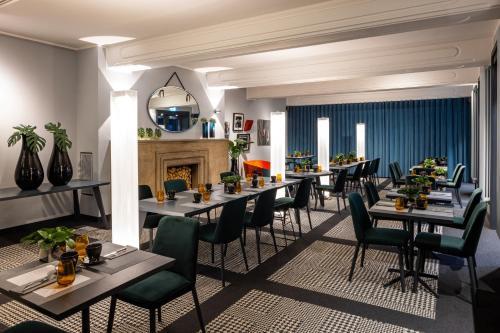 Un restaurante o sitio para comer en The Midtown Hotel