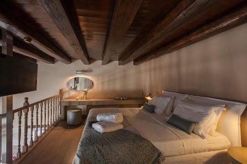 Łóżko lub łóżka w pokoju w obiekcie Serenissima Boutique Hotel