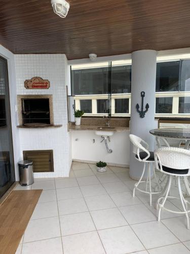 A kitchen or kitchenette at Cobertura frente ao mar Meia Praia -Itapema -SC