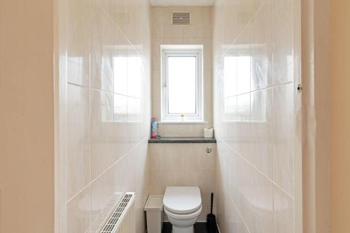 A bathroom at Large Three Double Room With Garden and Parking
