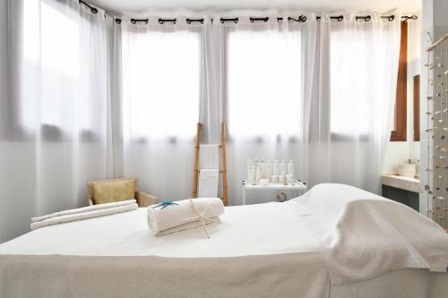 A bed or beds in a room at Hotel Resort & Spa Baia Caddinas