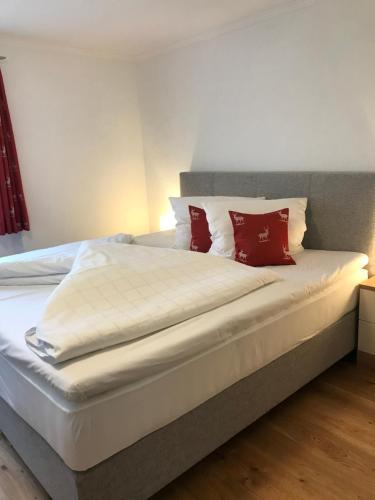 Tempat tidur dalam kamar di Gästehaus Hosp