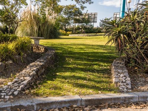 Um jardim no exterior de Campanile Lisboa Sud - Setubal