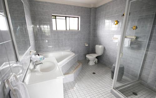 A bathroom at Hawks Nest Motel