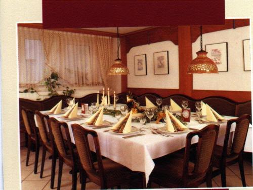 Ein Restaurant oder anderes Speiselokal in der Unterkunft Gast- und Gästehaus Simon