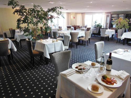 A restaurant or other place to eat at The Originals City, Hotel Otelinn, Caen (Inter-Hotel)