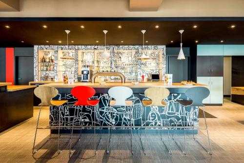 The lounge or bar area at ibis Hotel München Garching