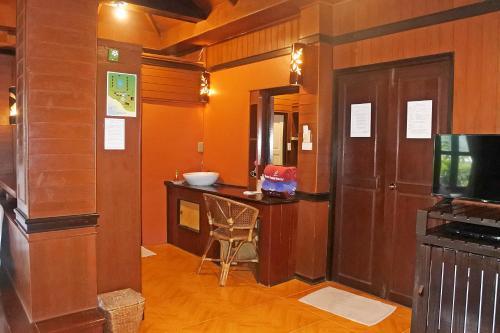 A bathroom at Baan Laanta Resort & Spa