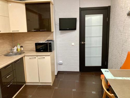 Кухня или мини-кухня в Апартаменты на ул. Восход 21