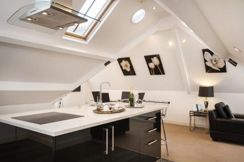 A kitchen or kitchenette at Lincoln House Private Hotel